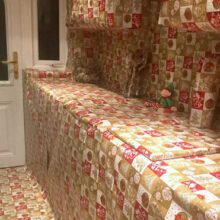 Родители-шутники упаковали всю кухню в праздничную бумагу