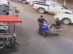 Мотоциклист идеально припарковался, хотя и вверх колёсами