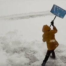 Чистка снега оказалась сложнее, чем предполагал юный помощник