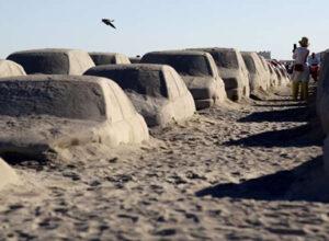 На пляже появилась автомобильная пробка, вылепленная из песка