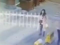 Разъярённая женщина «убила» шлагбаум