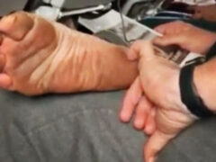 Люди уверены, что авиапассажир с грязными ногами достоин тюремного заключения