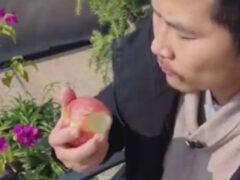 Художник не просто съел яблоко, а сделал из него скульптуру