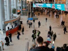 Дымят, несмотря ни на что. В чем плюсы и минусы курилок в аэропортах?