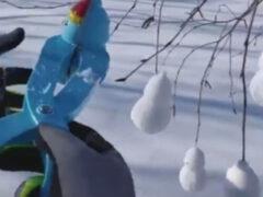 Деревья к празднику украшают снежными фигурками