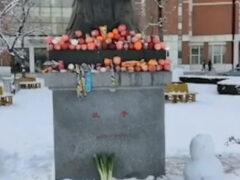 Студенты подкармливают Конфуция фруктами и другими закусками