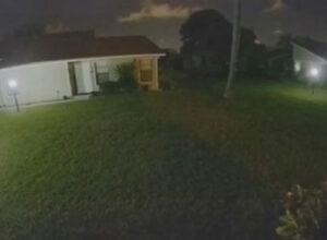 Высокая фантомная фигура прогулялась по лужайке