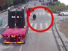 В результате шокирующего ДТП мужчину на скутере завалило стеклом