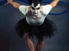 Ради необычного календаря отцы семейств занялись балетом