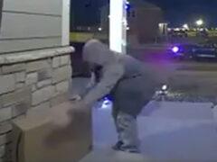 Надувной снеговик попытался дать отпор вору