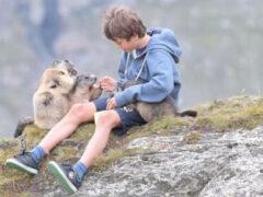 Подросток уже давно дружит с дикими сурками