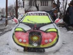 Умелец стал обладателем спортивного автомобиля, вылепленного из снега