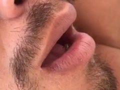Муха решила исследовать рот спящего человека