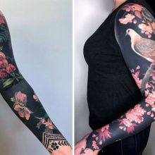 Татуировки с цветами на чёрном фоне стали визитной карточкой талантливой художницы