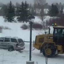 Попытка вытащить внедорожник из снега закончилась большим провалом