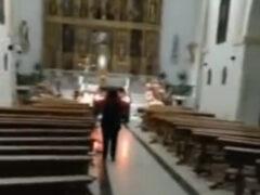 Спасаясь от дьявола, водитель на машине ворвался в церковь