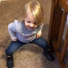 Девочка всегда рада показать, как её мама надевает узкие джинсы
