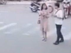 Невнимательные пешеходы лишились мобильного телефона