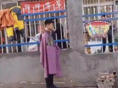 Из-за карантина парикмахерская оказывает свои услуги через забор