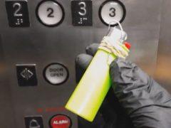 Изобретательный незнакомец научился бесконтактно нажимать кнопки лифта