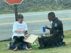 Бездомная женщина получила пиццу от неравнодушного полицейского