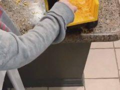 Малыш использовал спецтехнику, чтобы покормить братишку сыром с пола
