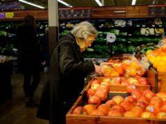 Студент помогает пожилым покупателям, опасающимся ходить по магазинам