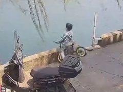 Юный велосипедист так неудачно покатался, что чуть не утонул в реке