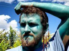 Чтобы стать уверенным в себе, мужчина с помощью татуировки выкрасил кожу в синий цвет