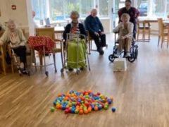 Чтобы повеселиться, пожилые люди сыграли в необычную игру