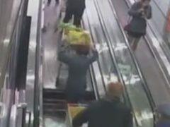 Эскалатор в супермаркете чуть не «проглотил» покупателя