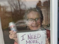 Бабушка, оставшаяся на карантине без пива, получила щедрый подарок