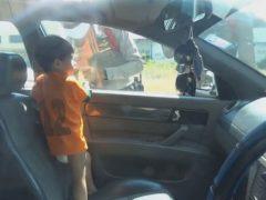 Непослушный малыш заперся в машине, но был спасён полицейскими