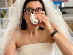 Дамы развлекаются, примеряя свои старые свадебные платья
