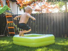 Записка, полученная от соседа, рекомендует ребёнку гулять поменьше