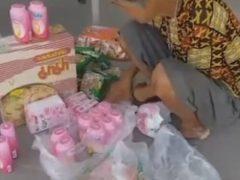 Бескорыстная бабушка готова делиться всем, что у неё есть