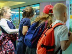 Кнопка SOS, геолокатор и прослушка: как можно контролировать ребенка через телефон?
