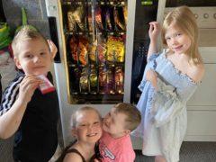 Купив торговый автомат, мама приучает детей к труду
