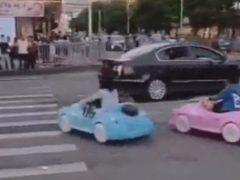 Поездка на игрушечных машинках закончилась разговором с полицией