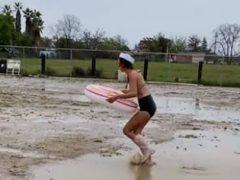 Решившись прокатиться по грязи, женщина слишком сильно погрузилась в этот процесс
