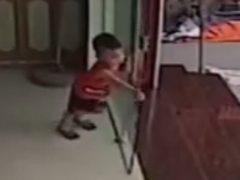 Стеклянная дверь оказалась не лучшей детской игрушкой