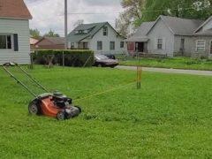 Газонокосилка на поводке самостоятельно стрижёт траву