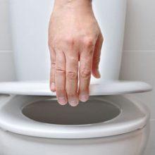 Женщина заставляет своего партнёра мыть ноги после посещения туалета