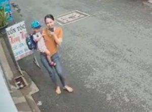 Предприимчивый мотоциклист лишил женщину телефона