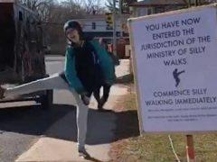 Шутники сделали перед своим домом «министерство глупых прогулок»