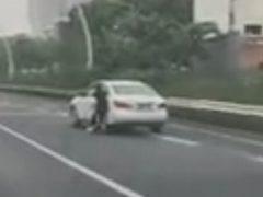 Автомобиль убежал от горе-водительницы