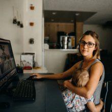 Кормление ребёнка грудью во время видеозвонка вызвало неоднозначную реакцию
