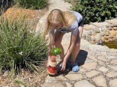 Девушка убедилась, что арбузы могут быть небезопасными