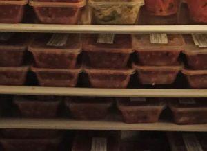 Добряк установил на лужайке холодильник с бесплатной домашней едой
