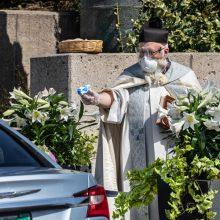 Священник с водяным пистолетом прославился в интернете
